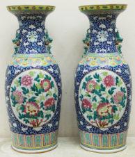 Парные вазы с изображением цветов и ручками в виде тритонов