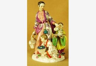Статуэтка «Китаянка, разливающая чай»