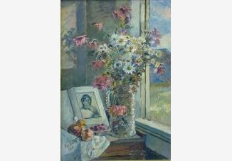 Ваза с цветами и книга около окна