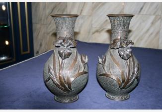 Пара ваз с ирисами