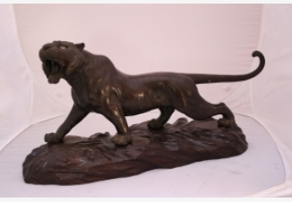Скульптура рычащего тигра