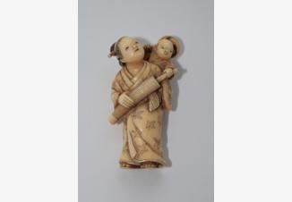 нэцкэ «Женщина с ребенком»