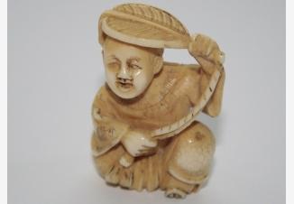 нэцке «Мальчик играющий веером»