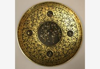 Тарелка настенная с золотым орнаментом