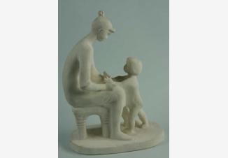 Мать и дитя — фарфоровая статуэтка советского периода
