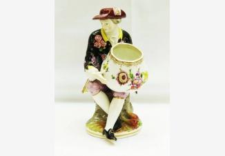 Статуэтка «Кавалер с чашей»